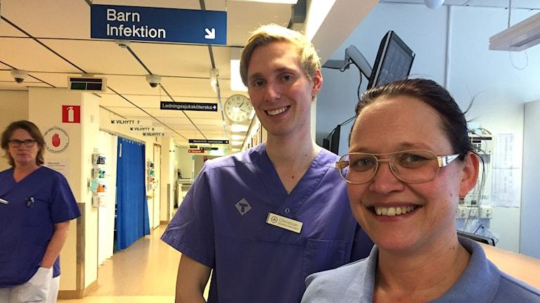 Bilden visar Christian Reimers, sjuksköterskestudent och hans handledare Emma Adolfsson, på akutmottagningen i Karlskrona. Foto: Anna Bubenko/Sveriges Radio.