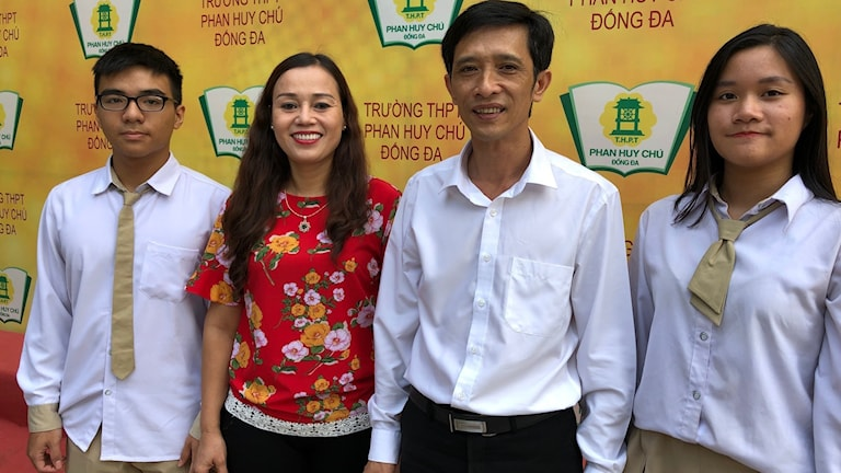 Vu Duc Tam, elev, Nguyen Kim Anh, lärare i Hanoi, Ha Xuan Nham, rektor på Phan Huy Chu - Dong Da skilan i Hanoi och Hoáng Minh Anh, elev.
