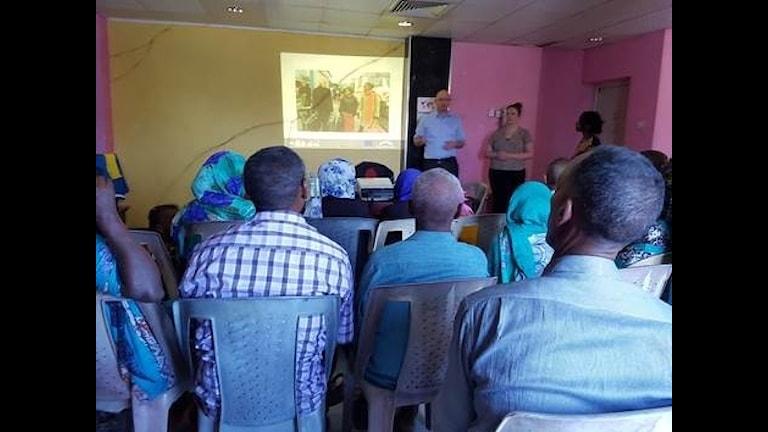 Magnus Witén, Migrationsverket, och Sandra Sandin Lindqvist från Nässjö kommun informerar eritreaner på väg till Sverige i Khartoum, Sudan.