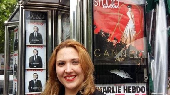 Kommunalpolitikern Hélène Bidard framför ett tidningskiosk med filmtidningen Studio's omslag ang Cannesfestivalen.