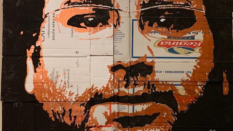 Dissidenten Alaa Abdel Fattah som stencilkonst - på återanvänd kartong. Konstnär Ahmed Ezzat.