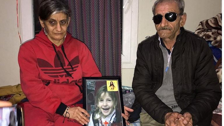 Aida och Kider håller det sista fotot på sin dotter, Kristina som var tre år när islamiska staten ryckte henne från mamma Aidas famn.
