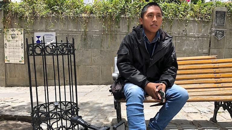 Kameramannen Daynor Flores blev skadad i benet när en sprängladdning detonerade precis bredvid honom under en manifestation.