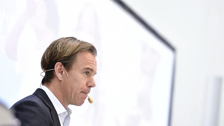HMs vd Karl-Johan Persson presenterar företagets delårsrapport under en pressträff på huvudkontoret i Stockholm.