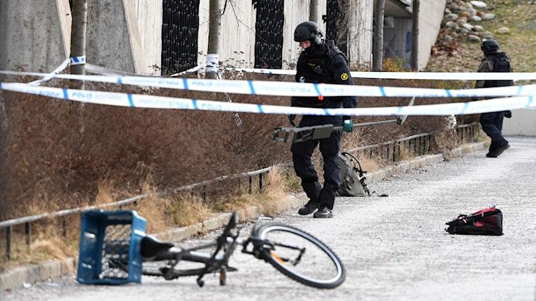 Bombtekniker på plats vid tunnelbanan i Vårby Gård
