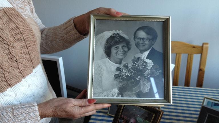 Ett foto från Maries och Håkans bröllop står på bordet i äldreboendet där Håkan bor nu.