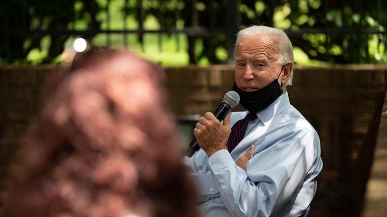 Joe Biden håller tal med munskydd