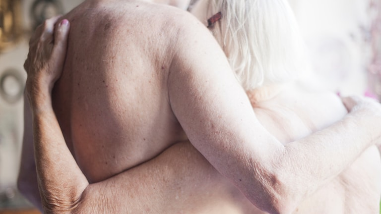 äldre par håller om varandra