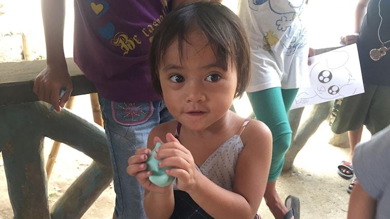 Yasmine med sin lilla pipande platsleksak