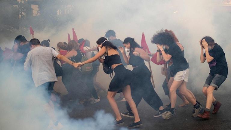 Demonstrationerna i Aten under torsdagskvällen utanför parlamentet bemöttes av tårgas. Enligt polisen uppskattas ungefär 10 000 personer har deltagit i tre olika protester.