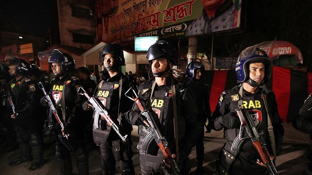Elitstyrkan består av medlemmar från  armén, flottan, flygvapnet och polisen.