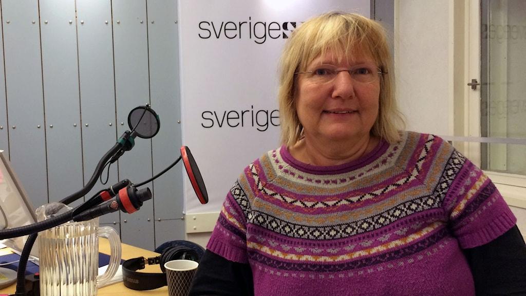kvinna i radiostudio