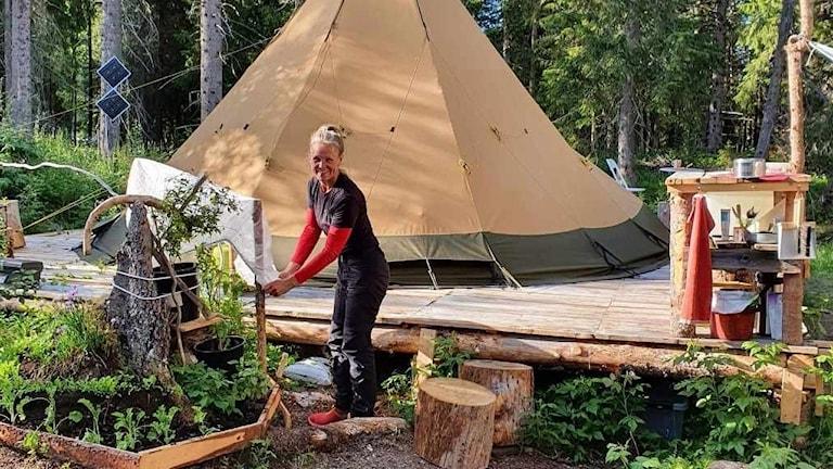 Susanne Holmqvist gör verklighet av en dröm och flyttar denna vecka ut i naturen. Under ett år ska hon bo i tält i Åretrakten med sin hund och berätta om det i sociala medier.