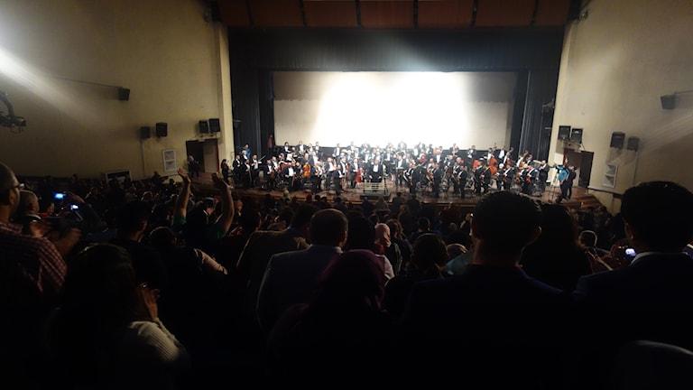 Stående ovationer för Iraks symfoniorkester.