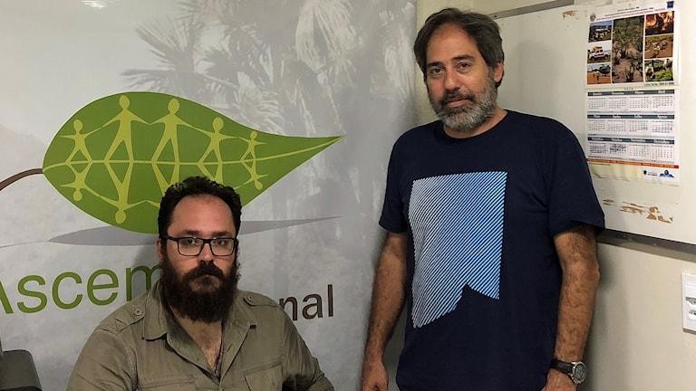 """Alessandro Bahia och Henrique Silva arbetar på Brasiliens statliga miljömyndighet Ibama, som Bolsonaro kallat för """"extrema kontrollivrare"""". De senaste dagarna har myndighetens anställda hotats och attackerats."""