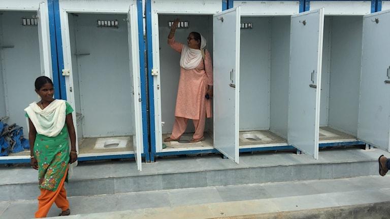 Jaswinder Kaur från Force och Fatima Bibi visar Jai hind camps toaletter i Delhi