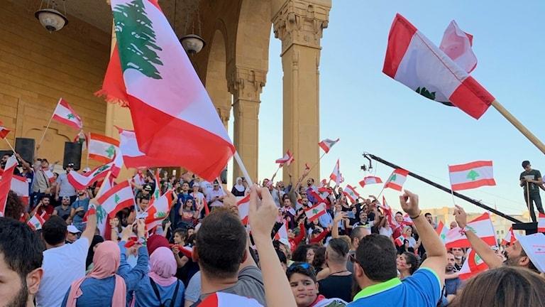Demonstranter vid Mohammed al-Aminmoskén vid Martyrtorget i centrala Beirut på måndagen.