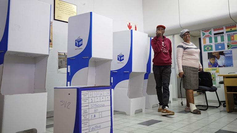Idag öppnar vallokalerna i Sydafrika. Valarbetare gör sig redo vid en vallokal i Johannesburg.