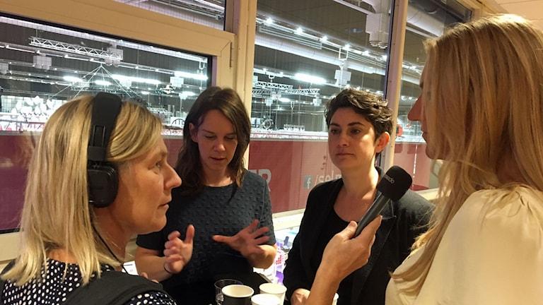 P1-morgons Carina Holmberg intervjuar Maria Källsson, vd på Bok- och Bibliotekmässan, Sofia Gräsberg från Göteborgs Litteraturhus som anordnar mötesplatsen Scener och Samtal och Moa Elf Karlén, vd på Leopard förlag och arrangör av Bokmassan, en mässa som ska hållas på Heden i centrala Göteborg.