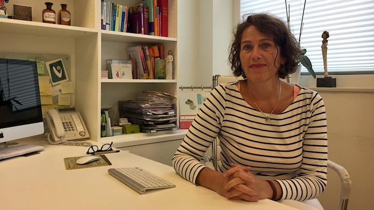 """Läkaren Nora Szasz och hennes kollega har anmälts för att deras hemsida innehåller information om att de utför aborter. De hoppas att den omstridda lagen som förbjuder """"reklam"""" för abort ska ändras innan de ställs inför rätta i januari."""