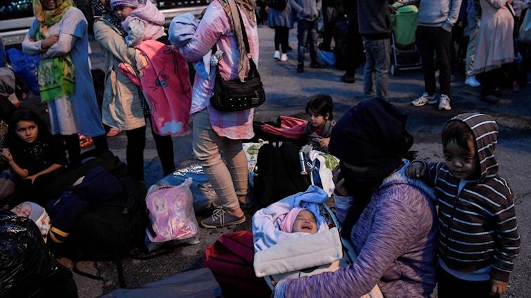 Migranter som lämnat flyktinglägret på ön Lesbos och nu väntar på en buss som ska ta dom vidare från Aten. Flera hundra migranter kommer förflyttas från flyktinglägren på öarna till olka delar på fastlandet efter att lägren är överfulla.