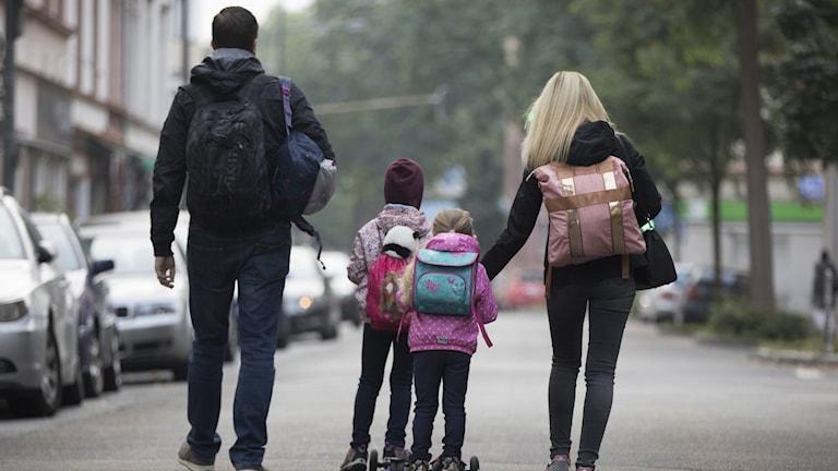 Barnfamilj ute och går på en gata i Frankfurt, Tyskland.