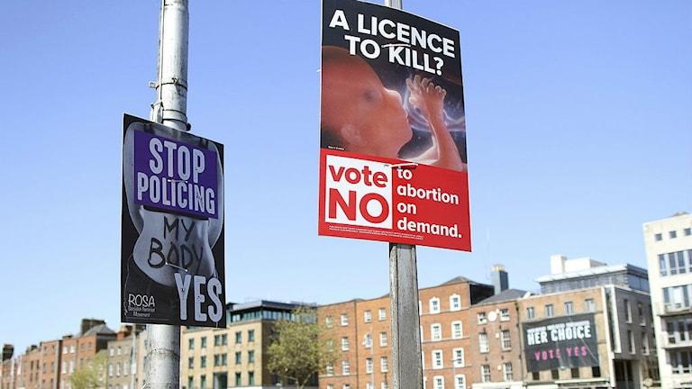 Affischer för och mot abort på lyktstolpar i Dublin, den 17 maj i år.