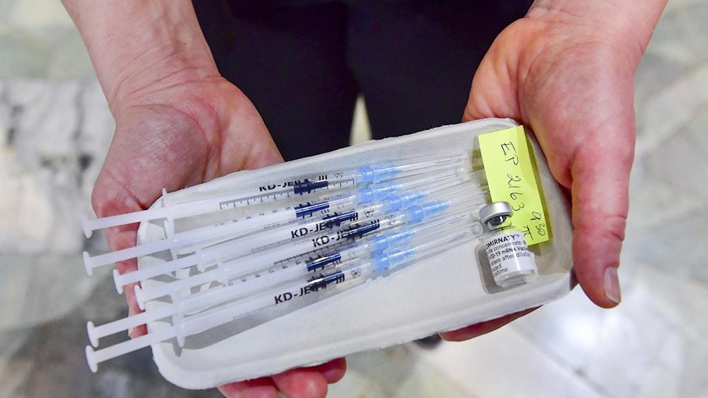 Bricka med vaccinsprutor