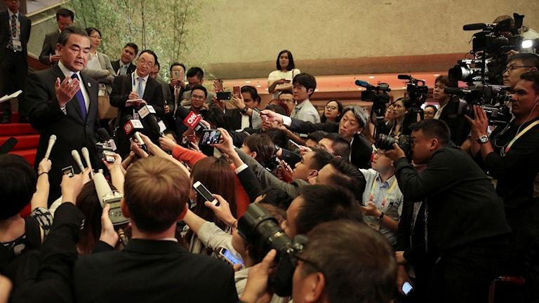 Kinas utrikesminister svarar på frågor om sitt beslut att rösta för ytterligare sanktioner mot Nordkorea.