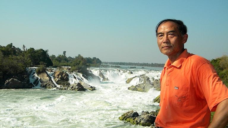 Miljöaktivisten Yu Xiaogang framför ett vattenfall.