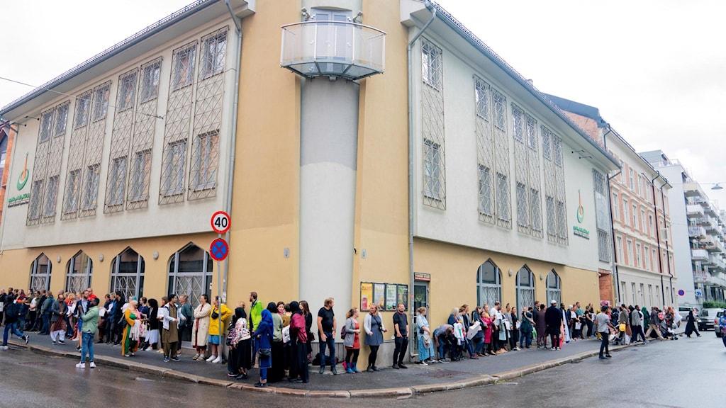 Folk visar sitt stöd utanför moskén i Oslo