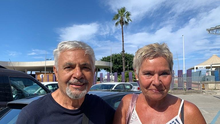 En man och en kvinna som tittar in i kameran.