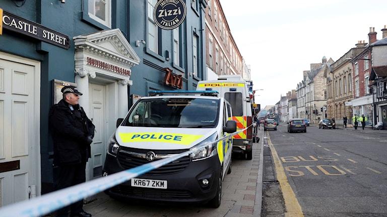Polis utanför en restaurang i Salisbury i närheten av platsen där Skripal och hans dotter hittades medvetslösa i söndags.