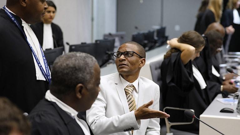 Narcisse Arido (C) centralafrikanska republiken med hans advokat vid internationella brottmålsdomstolen i Haag.