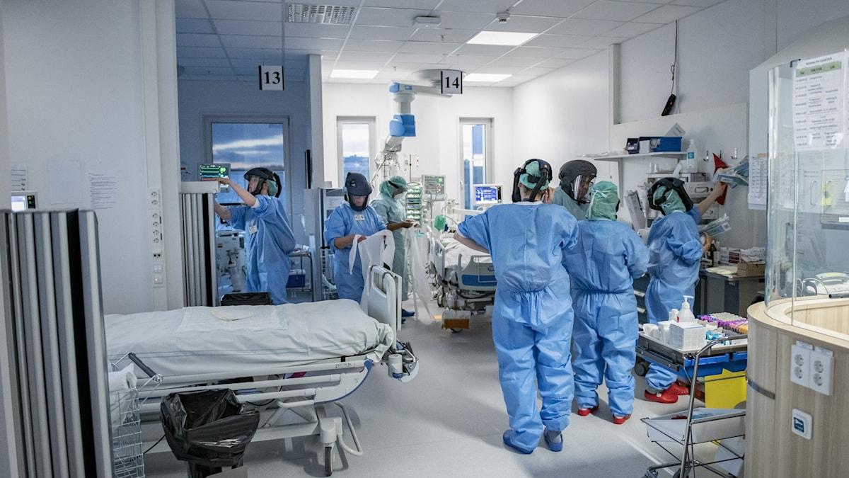 Läkare i skyddsutrustningen på en intensivvårdsavdelning.