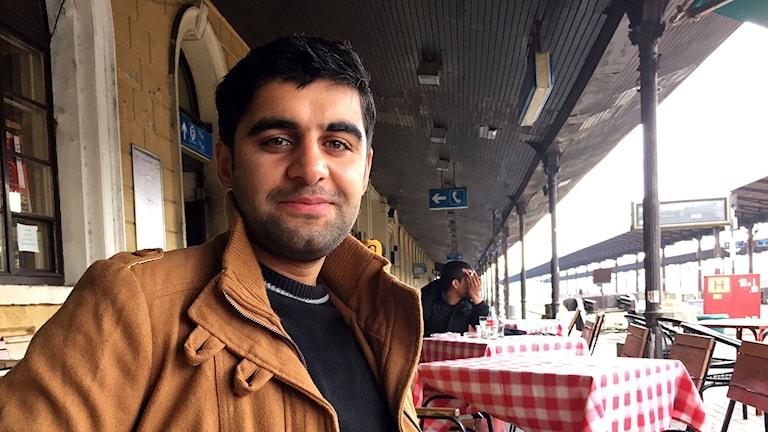 Hesham Aqtash och hans familj väntar på att få komma in i ett av Ungerns låsta transitläger – en av få vägar att lagligt ta sig vidare upp i Europa.