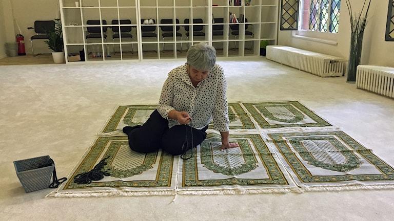 Grundaren av den liberala Moskén, Seyran Ates, i Moskén som ligger i en kyrka. Kvinnor och män ber ihop här och HBTQ-personer är öppet välkomna.