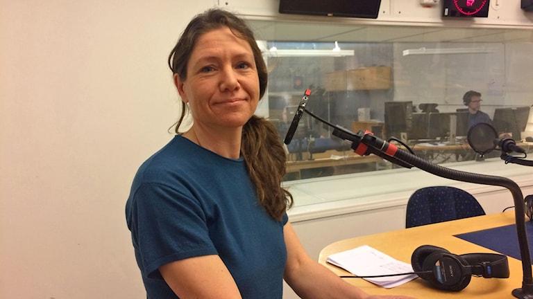 Emma Leijnse, författare står i en radio studio.
