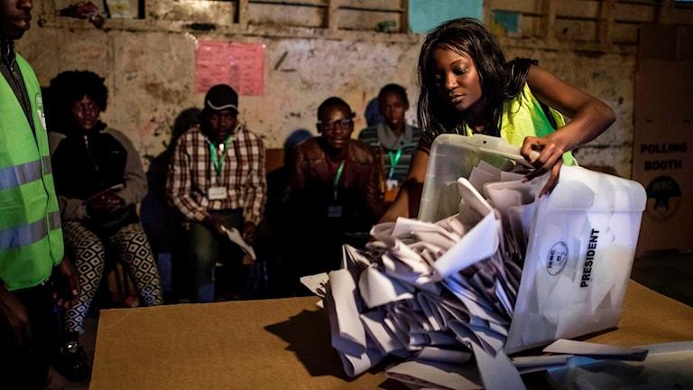 Rösträkning i Kenya.