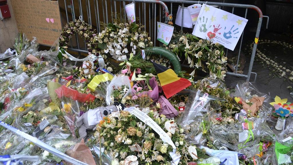Blommor utanför Maelbeeks tunnelbanestation i centrala Bryssel.