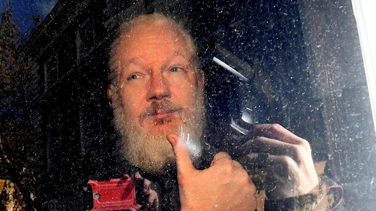 Julian Assange när han greps utanför Ecuadors ambassad.
