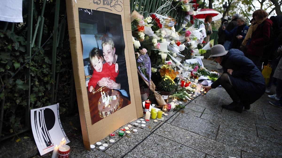 Blommor läggs för att hedra offren efter terrordådet vid Bataclan i Paris 2015. Arkivbild.