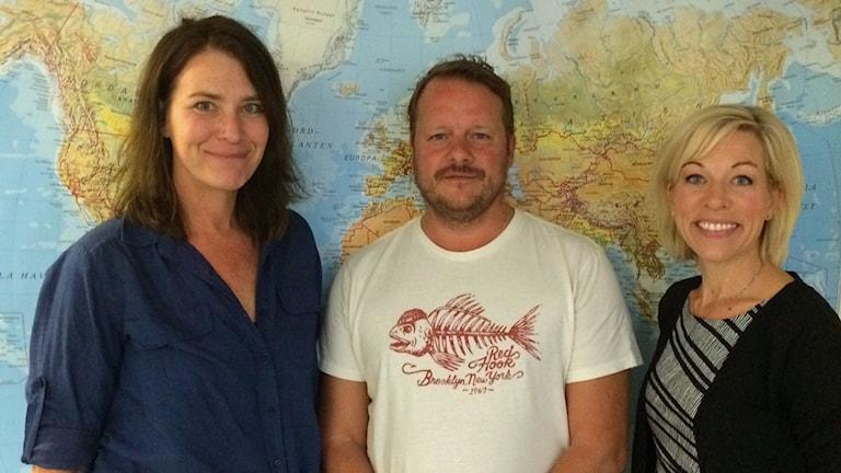 Sveriges Radios nya korrespondenter Margareta Svensson och Johan-Mathias Sommarström tillsammans med Ekots utrikeschef Ginna Lindberg.