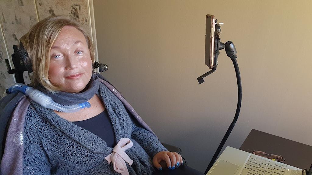 Nina Muhonen andas genom respirator och behöver dubbla assistenter dygnet runt.