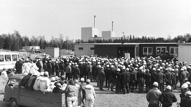 Olof Palme talar till arbetarna i Forsmark inför folkomröstningen om kärnkraften i maj 1979.  I bakgrunden syns de två laddningsklara kärnkraftsaggregaten.