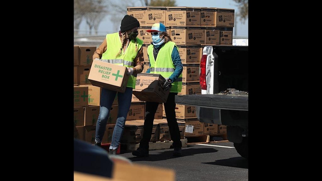 Volontärer delar ut mat till behövande.