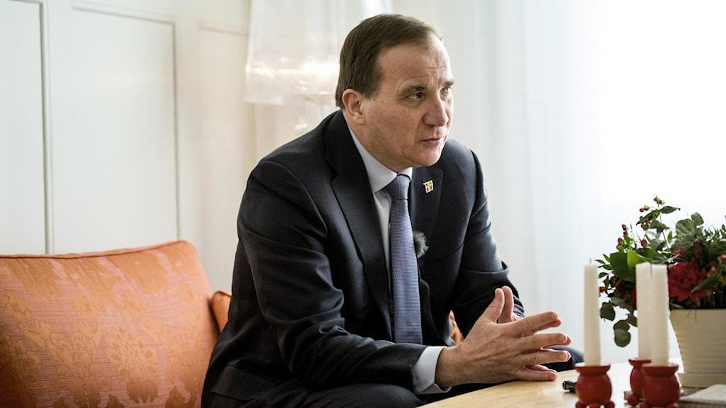 Statsminister Stefan Löfven (S) intervjuas i orange soffa.