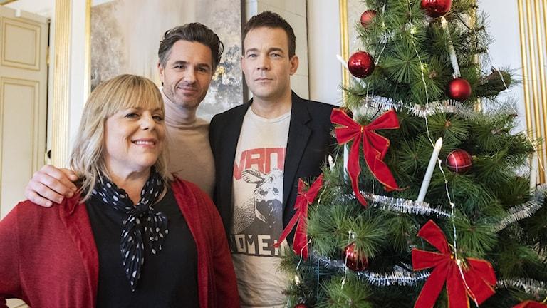 """""""Jag kommer hem igen till jul"""" , ny julfilm i regi av Ella Lemhagen. Här tillsammans med huvudrollsinnehavarna Peter Jöback och Johannes Kuhnke."""