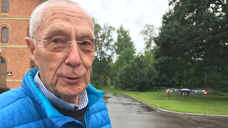 Bilden visar Björn Åstrand, student på yrkesutbildning för drönarpiloter i Ljungbyhed, i sällskap med sin drönare. Foto: Anna Bubenko/Sveriges Radio.
