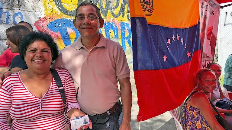 Biogladys Rojas och William Mujica registrerar väljares ID-kort i socialistpartiets tält utanför vallokalen i Petare.